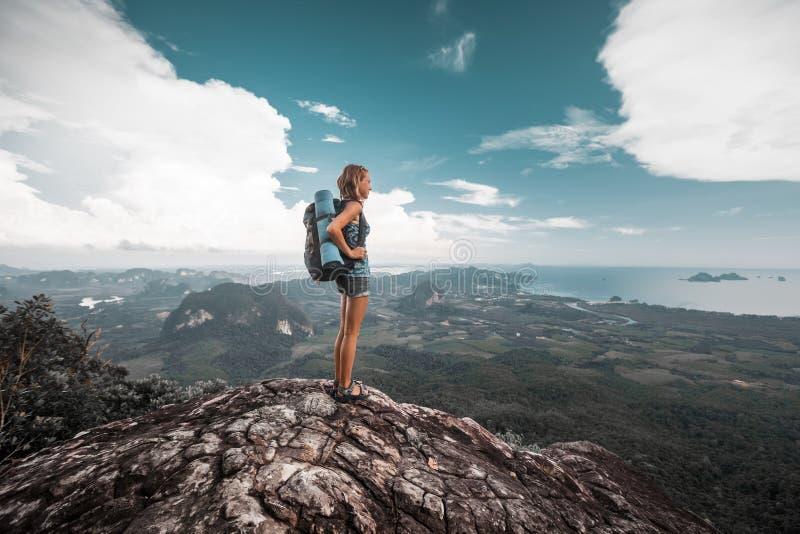 远足者站立在山顶部 免版税库存图片
