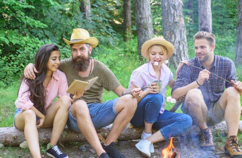 远足者组织快的野餐吃和放松 远足者在森林自然背景中花费休闲 远足假期的青年时期 免版税库存图片