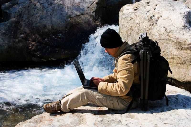远足者膝上型计算机 库存图片