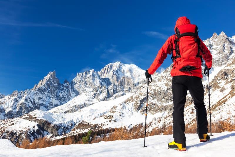 远足者采取看勃朗峰全景的休息在fam期间 库存图片