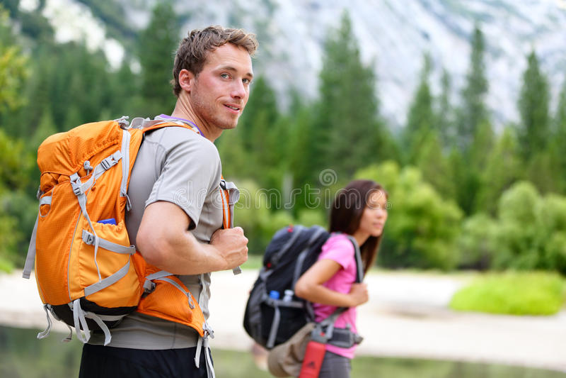 远足者-步行的人们,看在优胜美地的人 库存图片