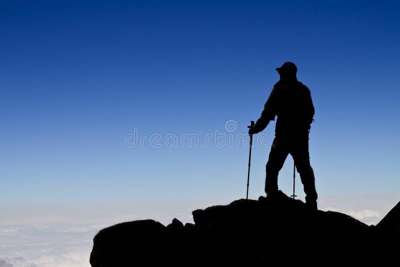 远足者(背包徒步旅行者)剪影走。 免版税库存照片