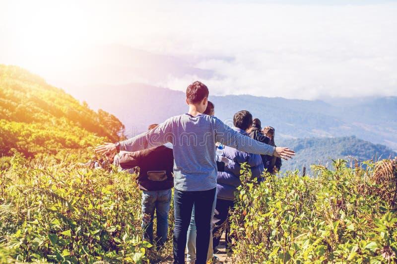 远足自然和山与日落的人们点燃 免版税库存照片