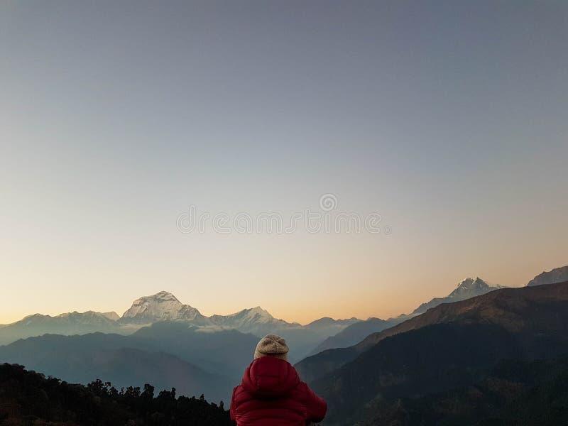 远足艰苦跋涉,喜马拉雅山,尼泊尔的安纳布尔纳峰营地 2018?11? Ghorepani村庄 道拉吉里峰山脉全景  免版税库存照片