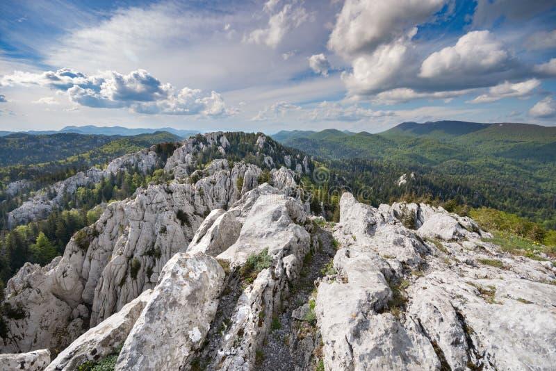 远足道路穿过Bijele stijene自然储备的石灰岩地区常见的地形原野,克罗地亚 免版税库存图片