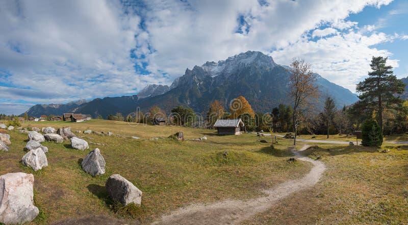 远足道路从mittenwald到与美好的监视的kranzberg 库存图片