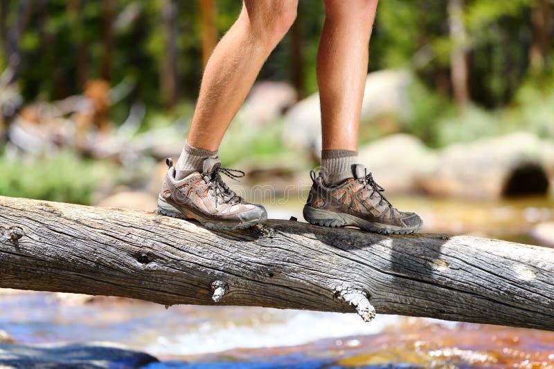 远足鞋子-供以人员远足者平衡的横穿河 图库摄影