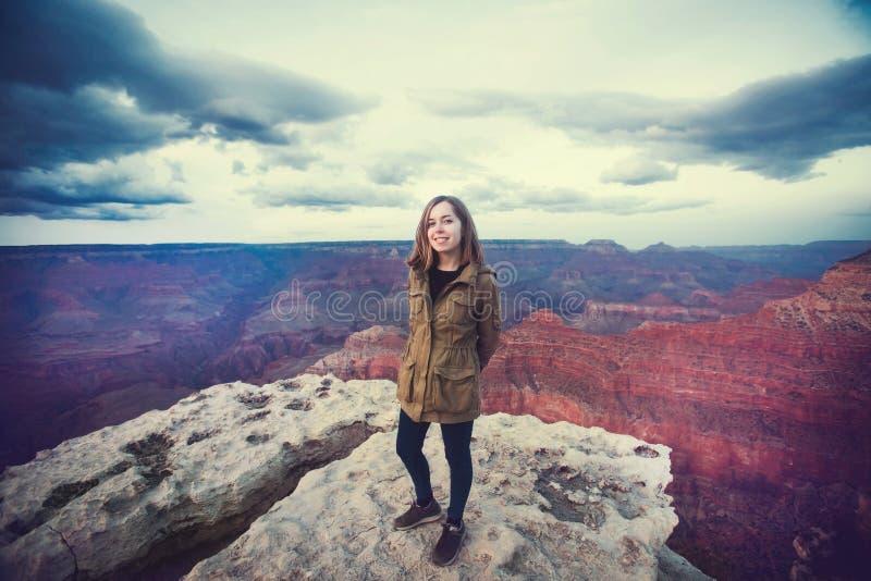 远足年轻美丽的少年学生的照片旅行在大峡谷观点,当日落,亚利桑那 免版税图库摄影