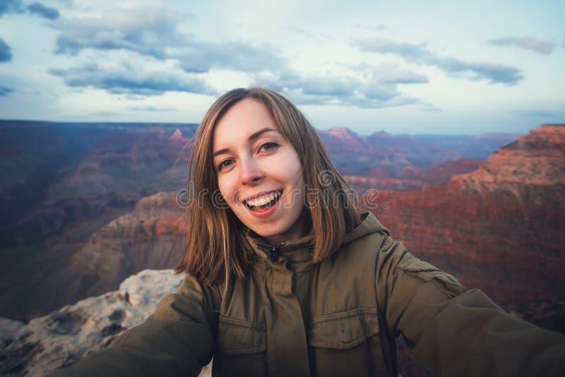 远足年轻美丽的少年学生的selfie照片旅行在大峡谷观点在亚利桑那 库存图片