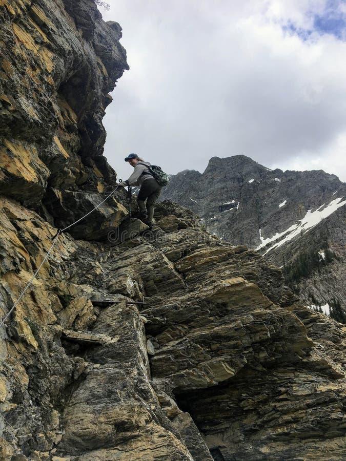 远足Crypt湖足迹的岩石地形,陡峭的上升 图库摄影