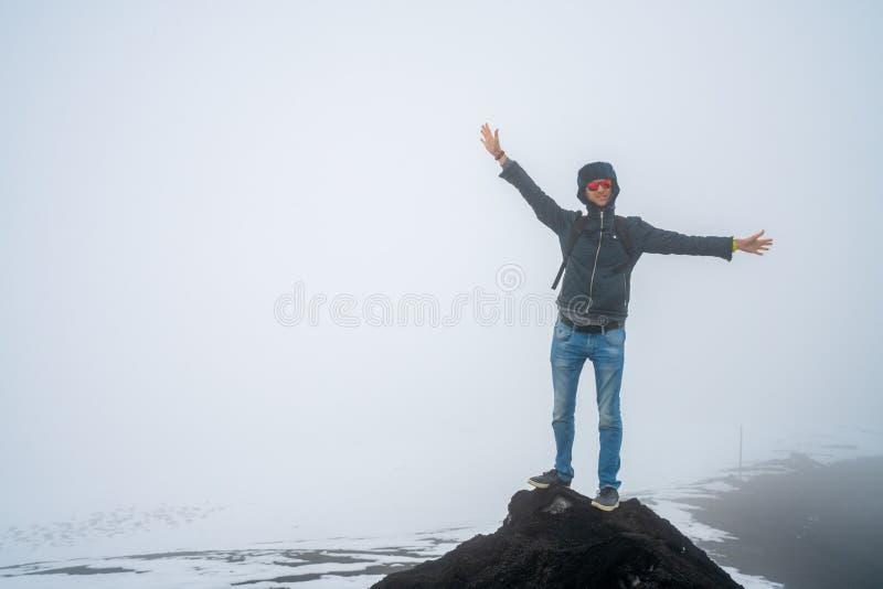 远足Etna火山的年轻人 库存照片