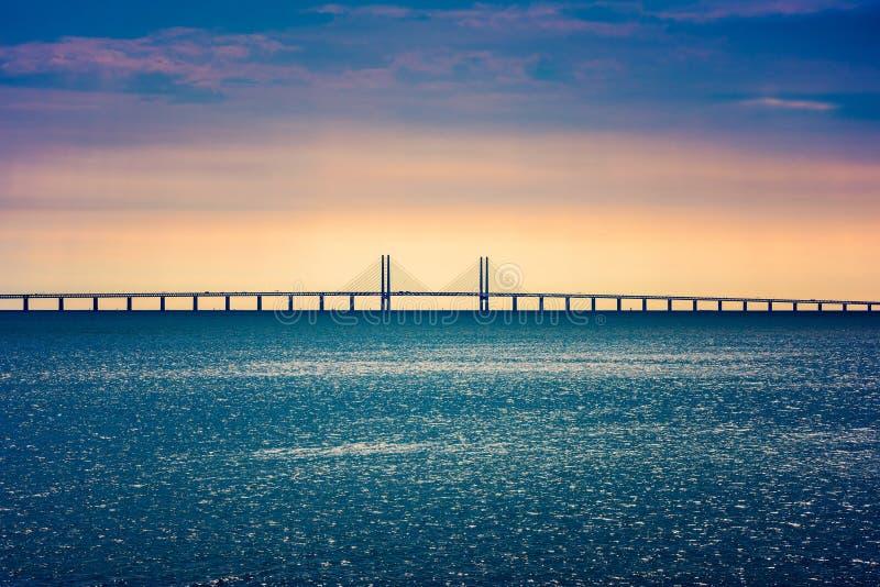 连接哥本哈根丹麦和马尔摩瑞典的厄勒海峡桥梁 库存照片