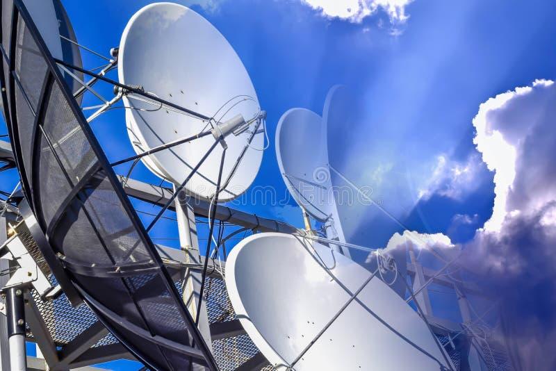 连接在蓝天背景的卫星和电缆设施的设备  库存照片