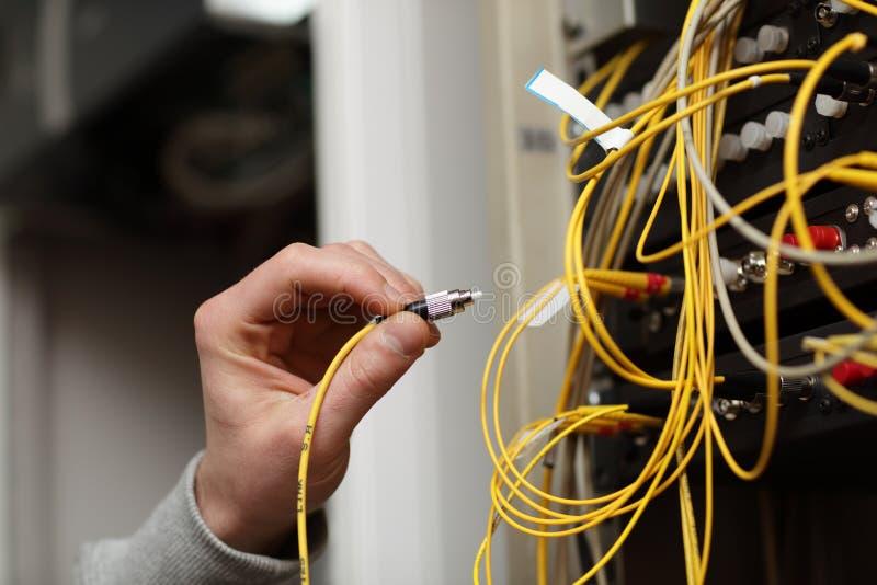 连接的光纤技术人员 库存照片