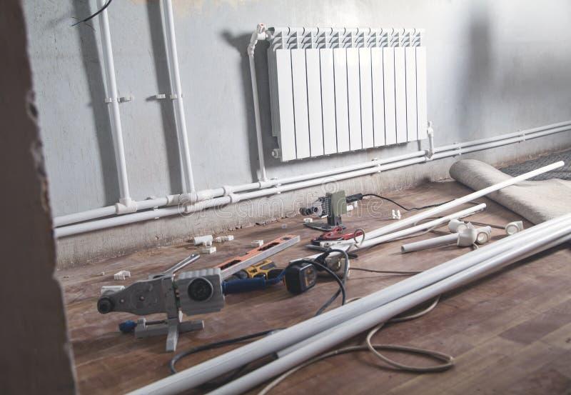 连接的塑料管子 安装水加热幅射器 库存图片