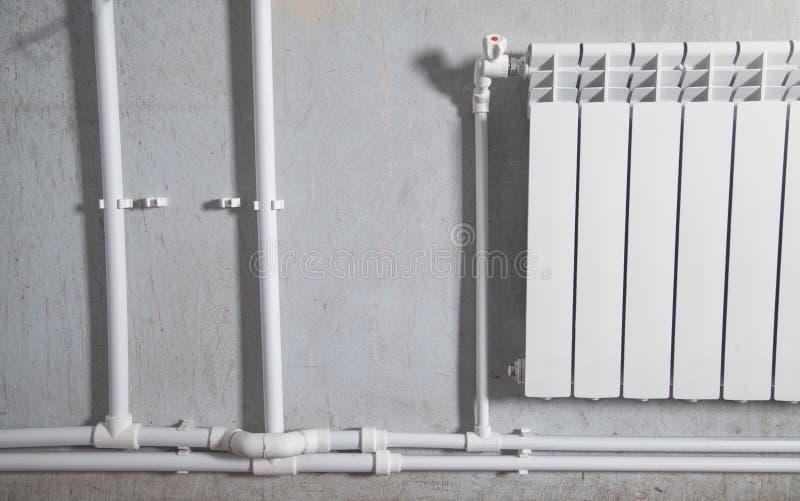 连接的塑料管子 安装水加热幅射器 免版税库存照片