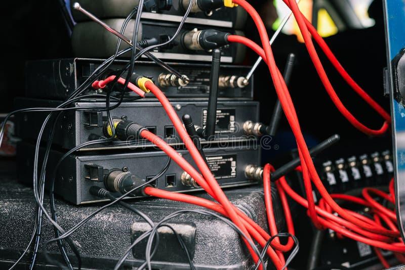连接的话筒 话筒的基地有被连接的红色导线的 话筒和无线电系统 在a的音乐设备 免版税图库摄影