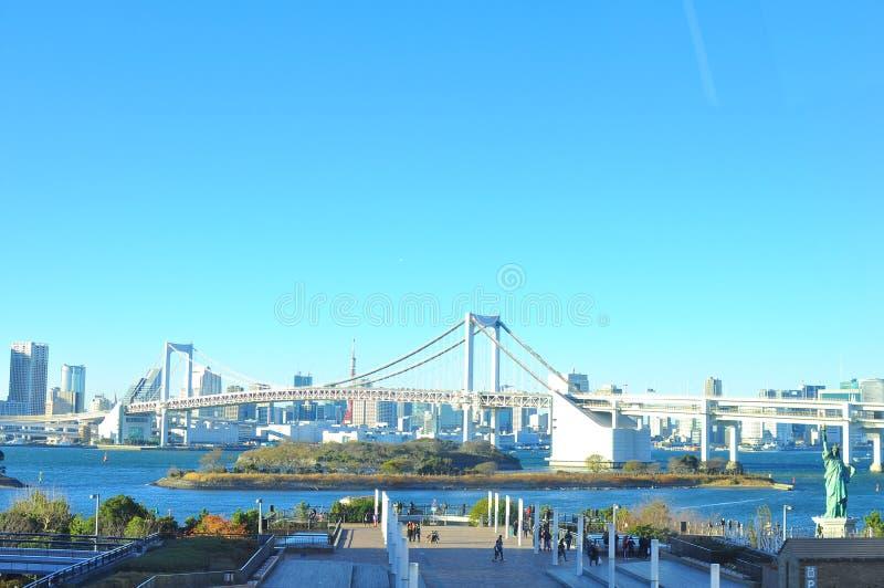 连接Odaiba和大陆横跨东京湾的东京的彩虹桥梁 库存图片