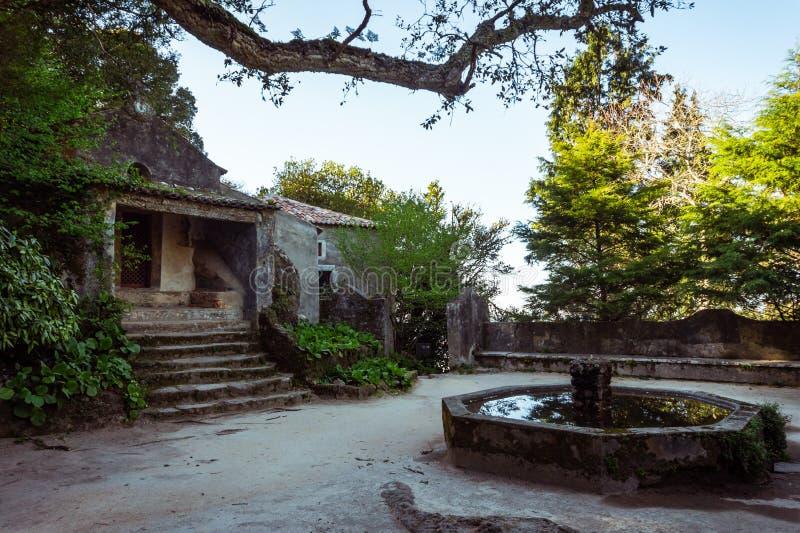 连斗帽女大衣修道院的中世纪修道院在辛特拉,葡萄牙 库存图片