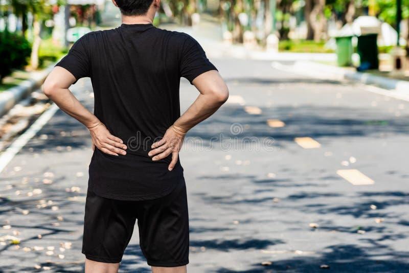 连续人以在室外的背部疼痛伤害 免版税库存图片