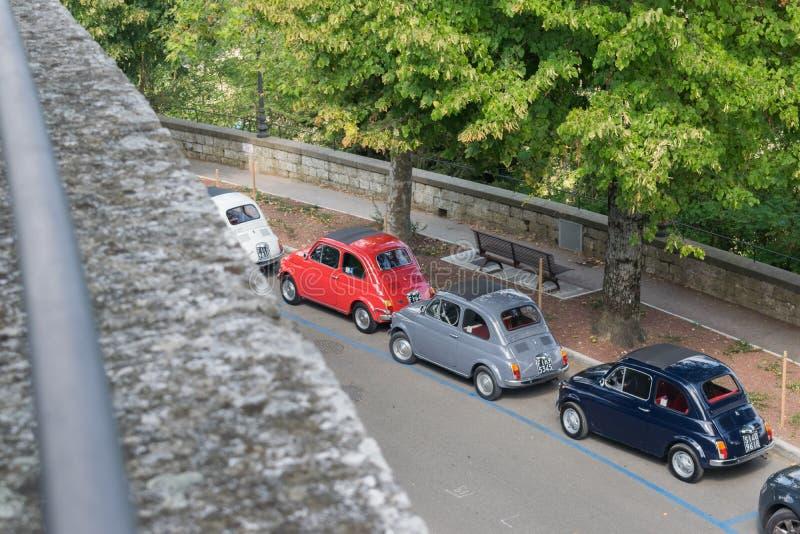 连续停放在树附近的老菲亚特汽车 免版税图库摄影