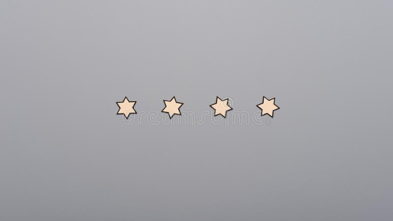 连续被安置的四个纸裁减星 库存图片