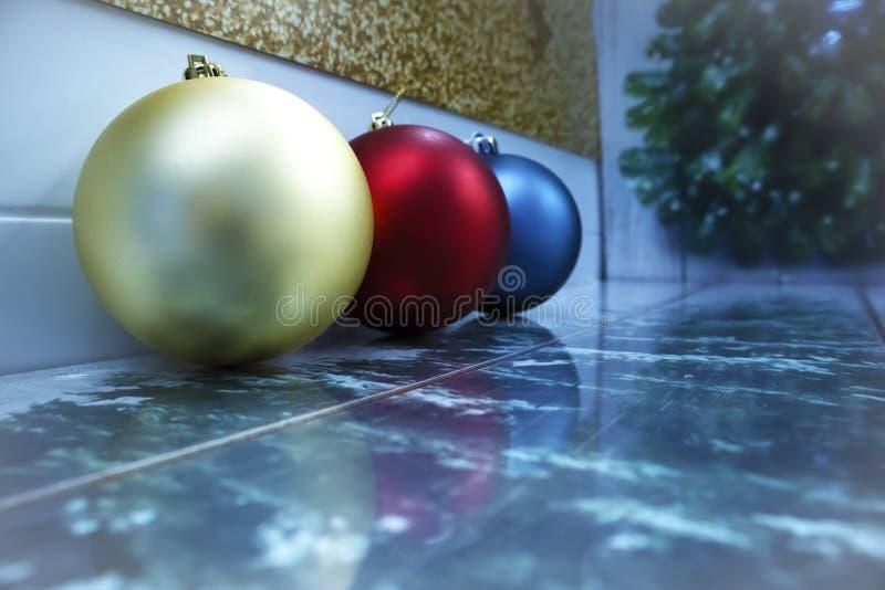 连续说谎与文本的空间的不同颜色三个圣诞节球  免版税库存照片