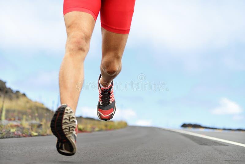 连续体育赛跑者鞋子和腿 图库摄影
