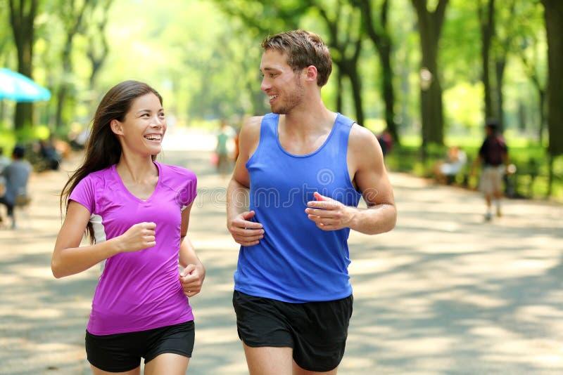 连续夫妇训练在中央公园,纽约 免版税图库摄影