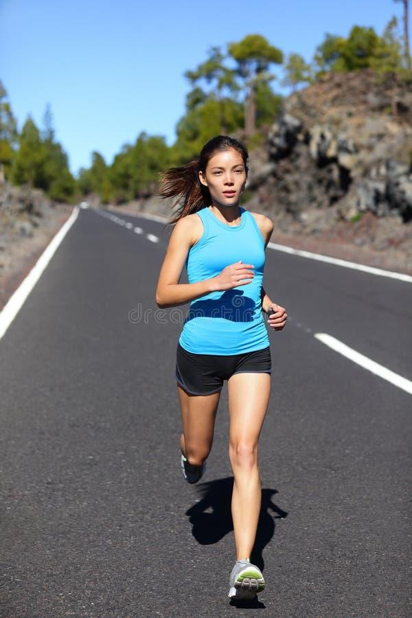 连续妇女-女性赛跑者跑步 免版税库存照片