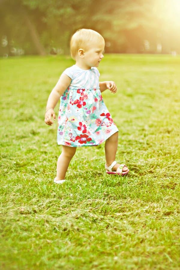 连续矮小的愉快的女孩 免版税图库摄影