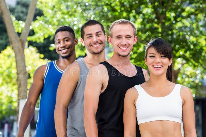连续站立微笑的极端的运动员画象  免版税图库摄影