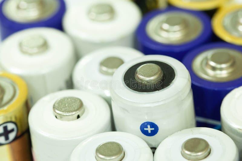 连续被堆积的堆五颜六色的电池一起 库存照片