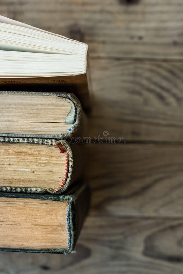 连续被安排的老和新书,脊椎顶视图,年迈的木背景,学校,教育,学会,读概念 图库摄影