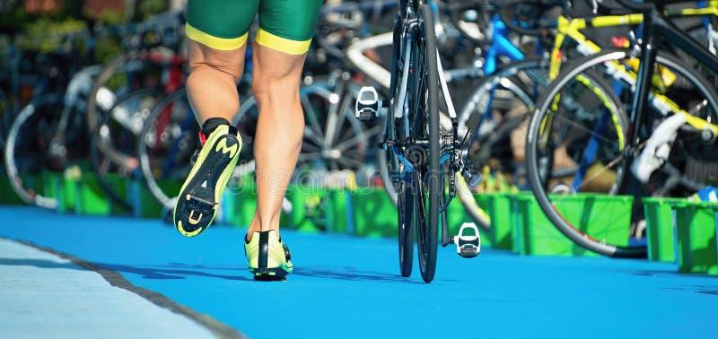 连续triathlete在转折区域 免版税图库摄影