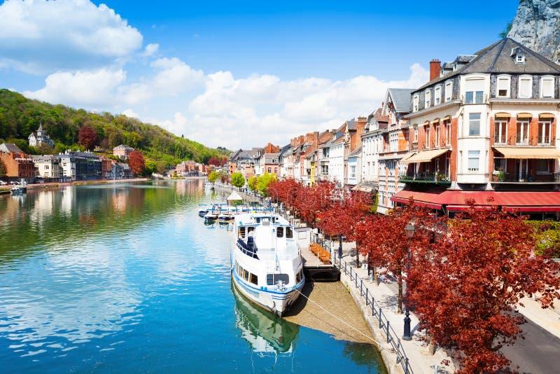 迪南都市风景美丽的景色在默兹河的 免版税库存照片