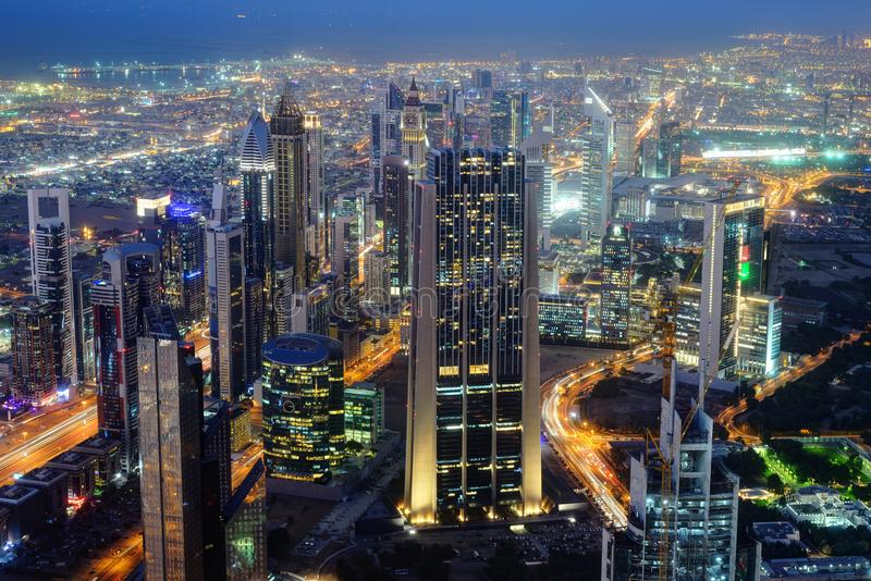 迪拜世界贸易中心摩天大楼空中夜视图  库存图片