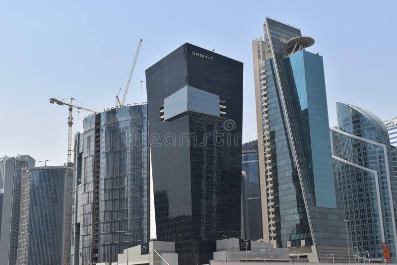 迪拜企业与一个美丽的黑大厦的海湾地平线的图片从Omniyat 免版税库存照片