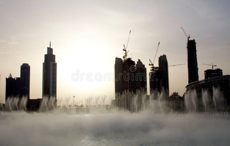 迪拜喷泉的晚上视图在迪拜购物中心附近的在迪拜,阿拉伯联合酋长国 免版税库存照片