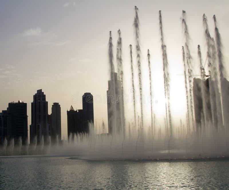 迪拜喷泉的晚上视图在迪拜购物中心附近的在迪拜,阿拉伯联合酋长国 图库摄影