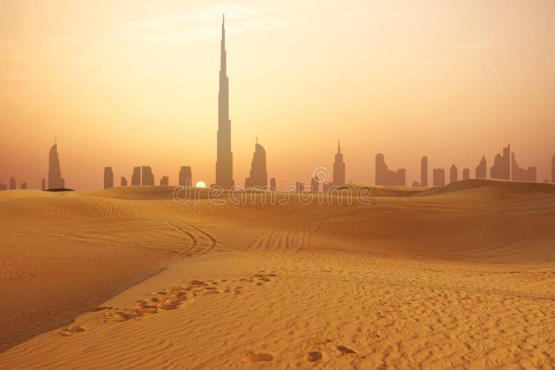 迪拜在从沙漠看的日落的市地平线 库存图片