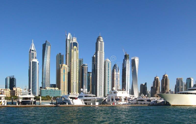 迪拜地平线,阿拉伯联合酋长国 豪华住宅区在迪拜 普通修改过的豪华游艇有摩天大楼背景 震惊都坝 免版税库存照片