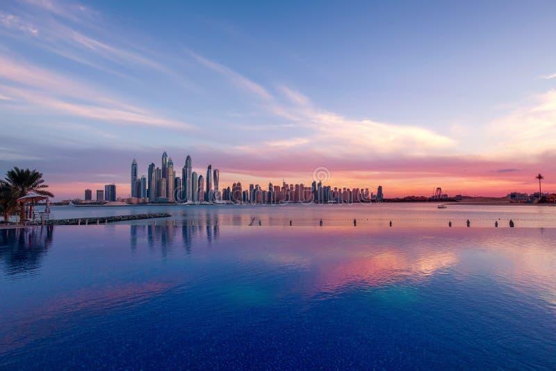 迪拜小游艇船坞全景日落的与在前面的一个游泳池 免版税库存照片