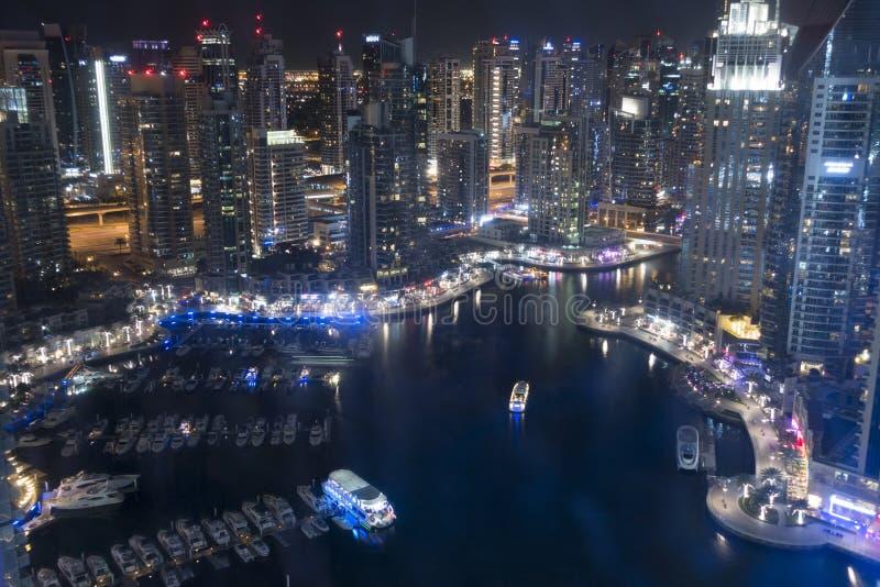 迪拜小游艇船坞印象深刻的看法在从摩天大楼的夜之前 免版税库存图片