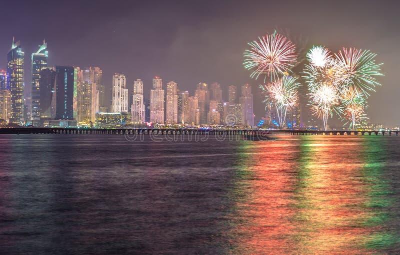 迪拜小游艇船坞在国庆节庆祝的烟花期间的区地平线的分数 迪拜,阿拉伯联合酋长国 图库摄影