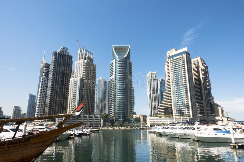 迪拜小游艇船坞地平线有公寓、旅馆和办公室摩天大楼的在清楚的天空蔚蓝,中东吸引力下 免版税库存照片