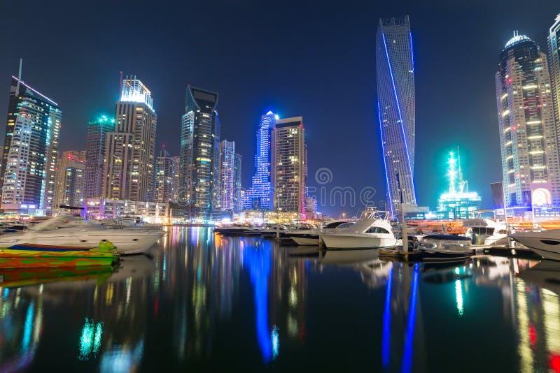 迪拜小游艇船坞摩天大楼在晚上 库存图片