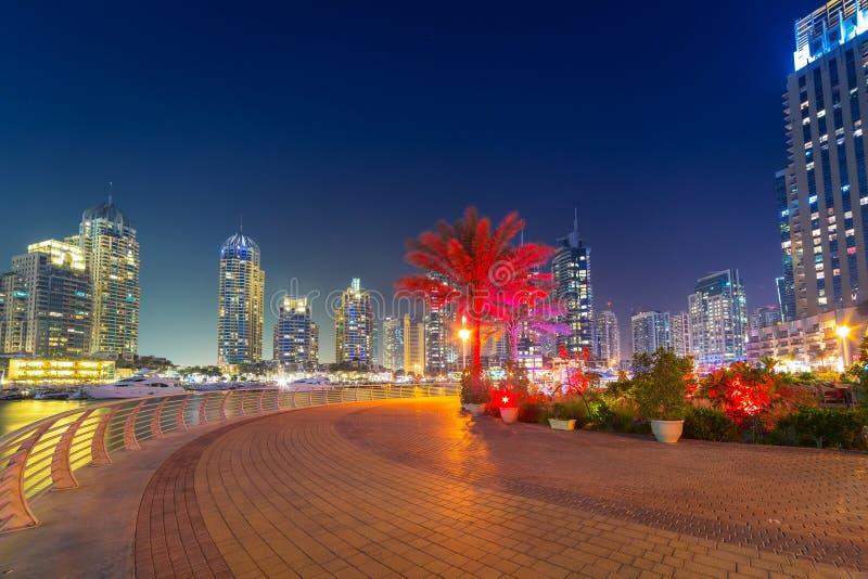 迪拜小游艇船坞摩天大楼在晚上 库存照片