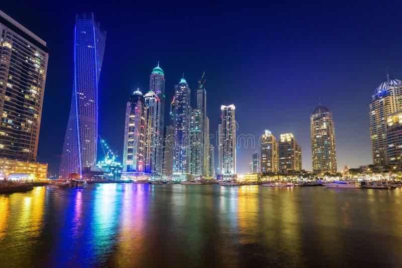 迪拜小游艇船坞摩天大楼在晚上 图库摄影