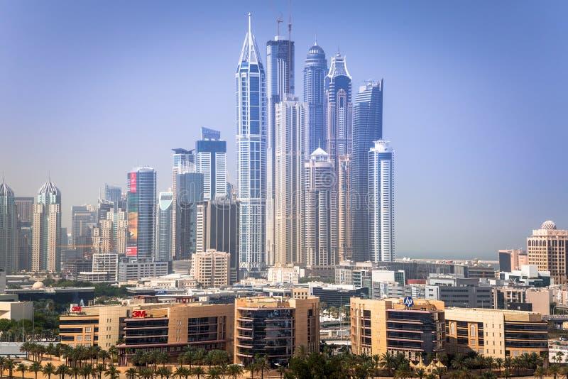 迪拜小游艇船坞摩天大楼在晴天 库存照片